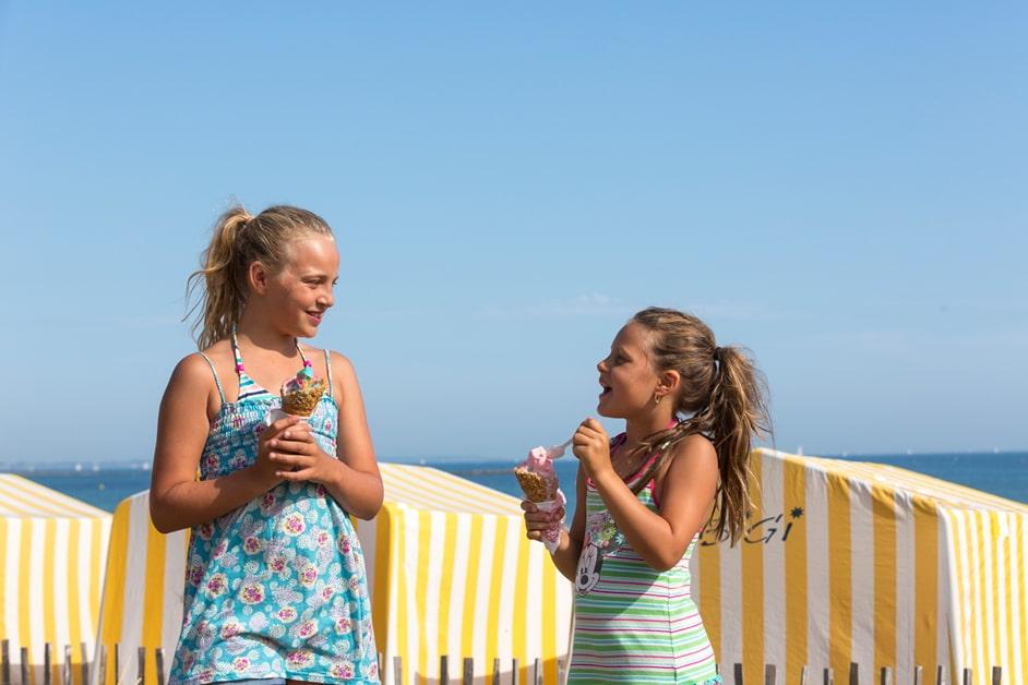 Enfants avec une glace sur la plage de Carnac