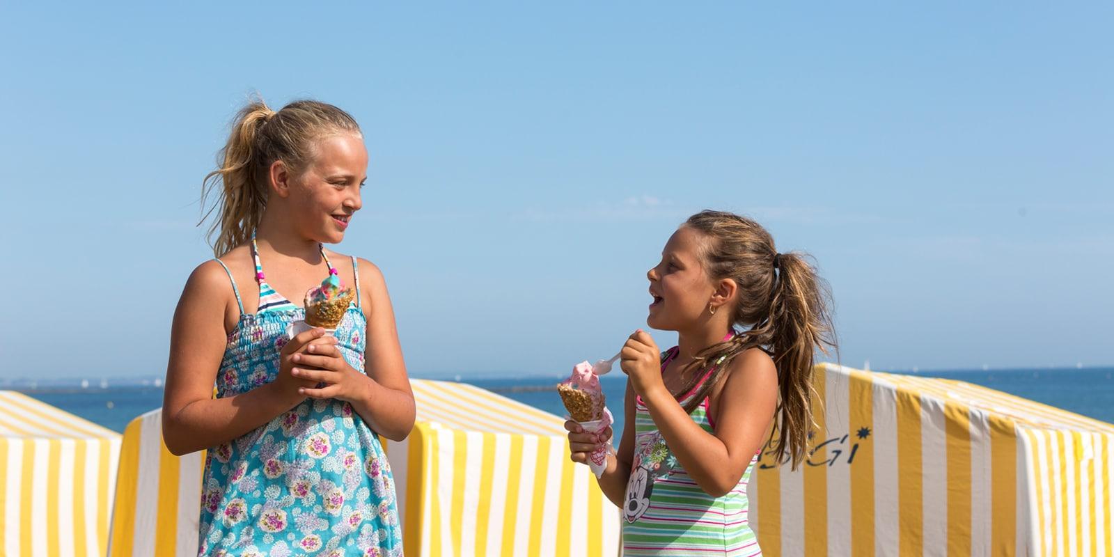 Enfants avec une glace sur la plage à Carnac et d'autres idées de gastronomie