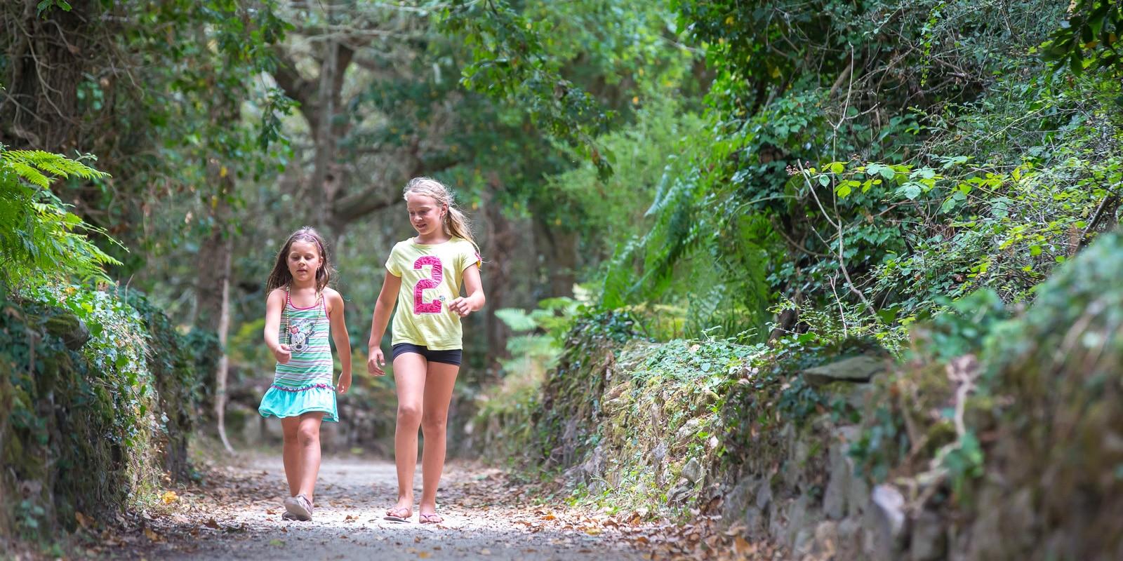 Enfants sur le circuit des marais à Carnac
