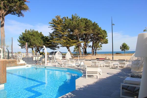 Piscine et terrasse avec vue sur la mer de l'hôtel Le Diana et Spa Nuxe à Carnac