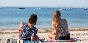 Couple en séjour à Carnac sur la plage