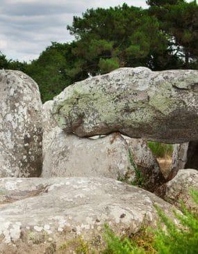 Le dolmen et les menhirs de Kermario à Carnac
