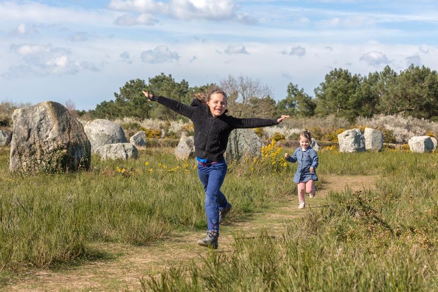 Enfants dans les menhirs de Carnac