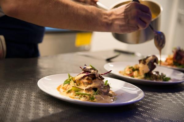 Préparation d'un plat gastronomique au restaurant Coté Cuisine à Carnac