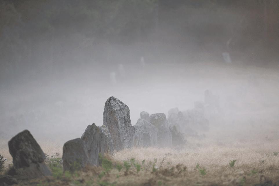 Menhirs de Carnac sous la brume